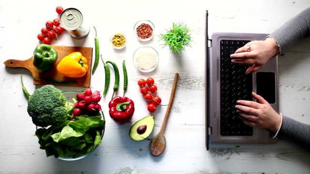 オンラインのレシピをお探しの女性 - ビーガン点の映像素材/bロール