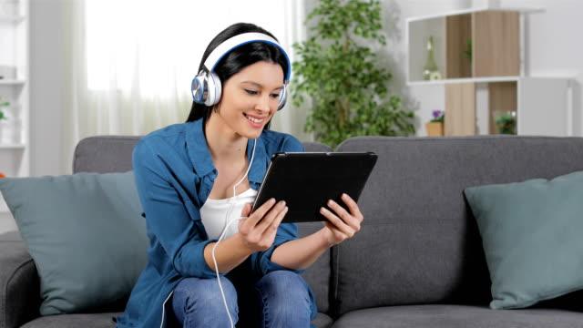 vídeos de stock, filmes e b-roll de mulher, selecionando e assistindo mídia em casa - mobile