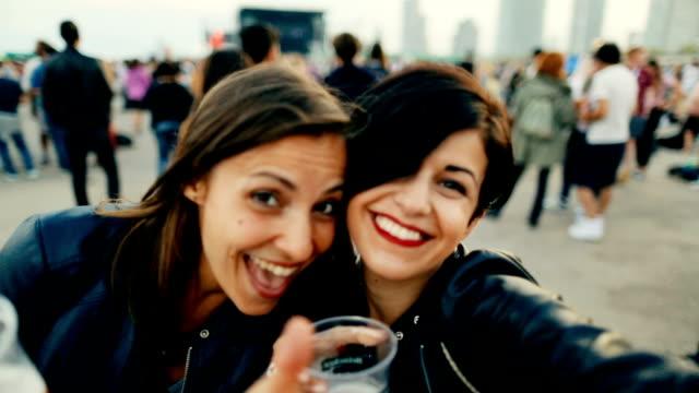 女性を背景に、夏の音楽フェスティバル - 飲み会点の映像素材/bロール