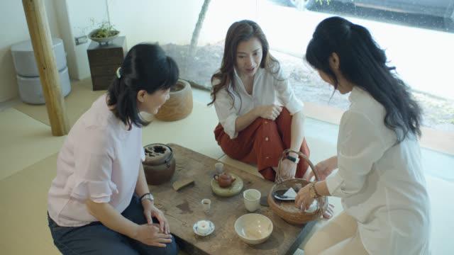 ティールームでお餅をお召し上がりの女性 - お茶の時間点の映像素材/bロール