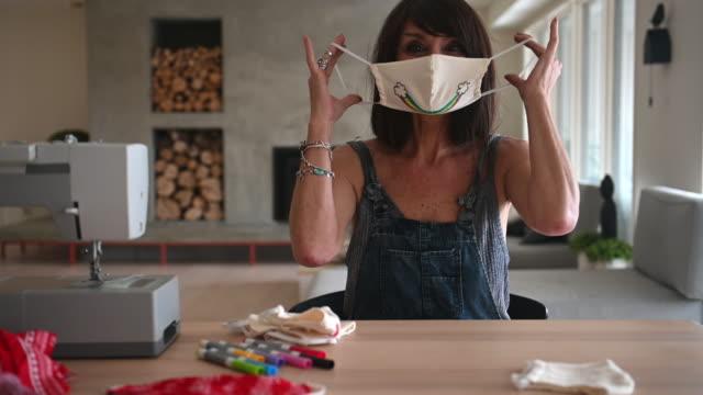 frau nähen covid-19 masken zu hause - selbstgemacht stock-videos und b-roll-filmmaterial