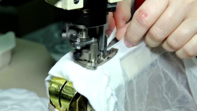 kvinna sy på en symaskin - strumpbyxor bildbanksvideor och videomaterial från bakom kulisserna