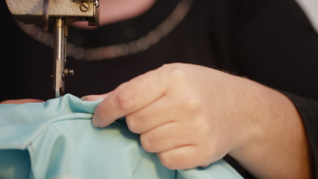 vídeos de stock e filmes b-roll de woman sewing with sewing machine - economia circular