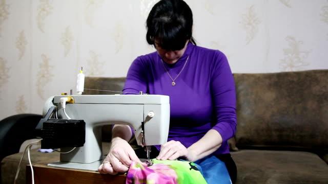 Mujer cose en la máquina de coser - vídeo