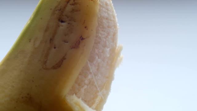kadın cinsel muz cilt soyma, makro görünümü kapat - penis stok videoları ve detay görüntü çekimi