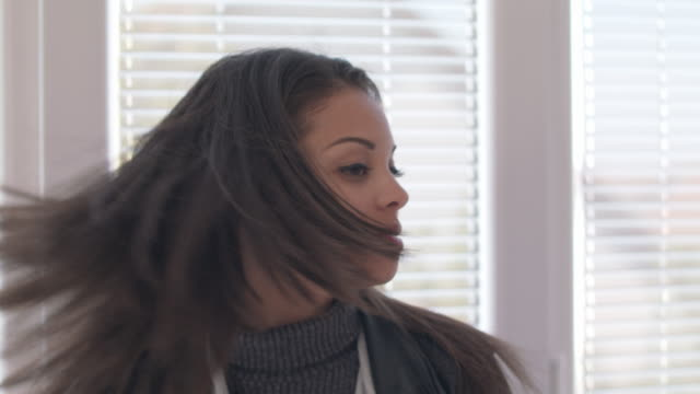 Woman shaking her head with long hair fluttering in motion - vídeo