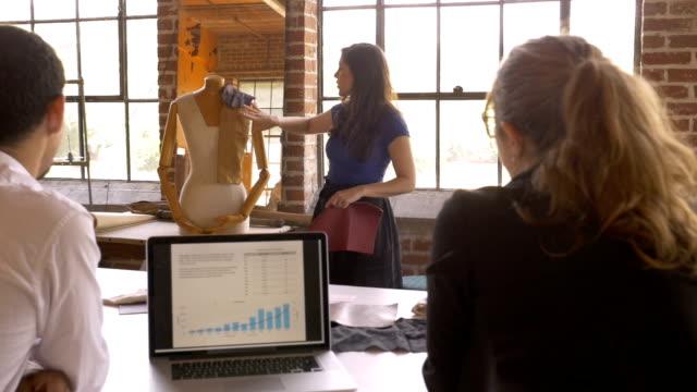 Femme, partage d'idées créatives lors d'une présentation pour la culture d'entreprise - Vidéo