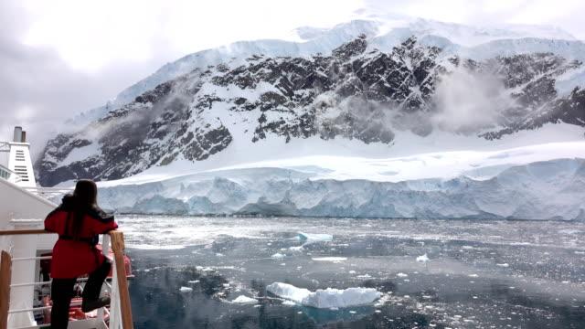 Mujer de la nave vista Península Antártica hielo llena Neko puerto montaña glaciar Antártica - vídeo