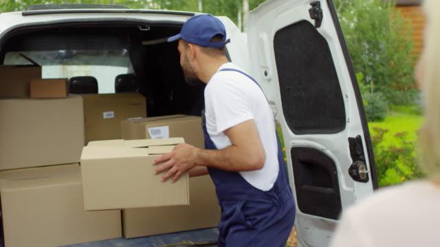 Femme, expédition de paquet avec Courier mâle - Vidéo