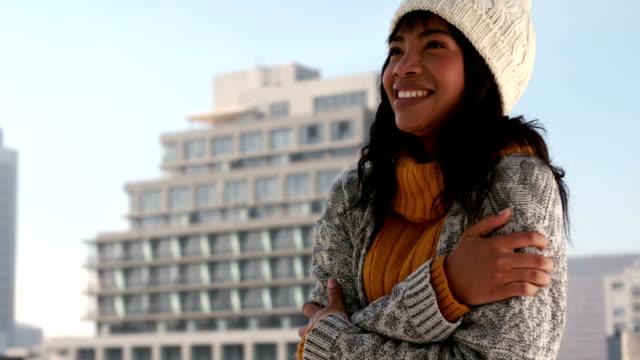 kobieta dreszcze na zimowy dzień - drżeć filmów i materiałów b-roll