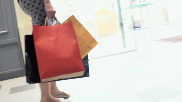 kvinna shopping av butiker i slow motion. - köpnarkoman bildbanksvideor och videomaterial från bakom kulisserna