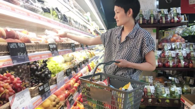 woman shopping for fruits at super market.healthy lifestyle concept - mercato frutta donna video stock e b–roll