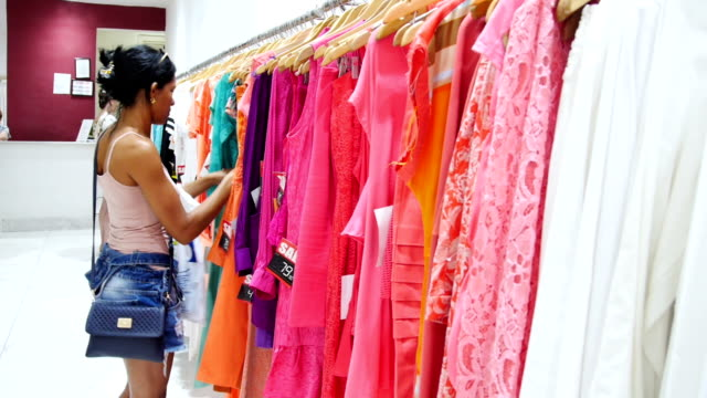 Mujer de compras en la boutique de ropa - vídeo