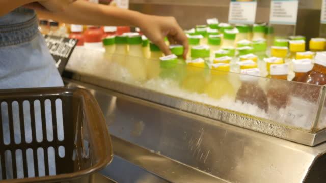 vídeos y material grabado en eventos de stock de mujer de compras en el supermercado - snack aisle
