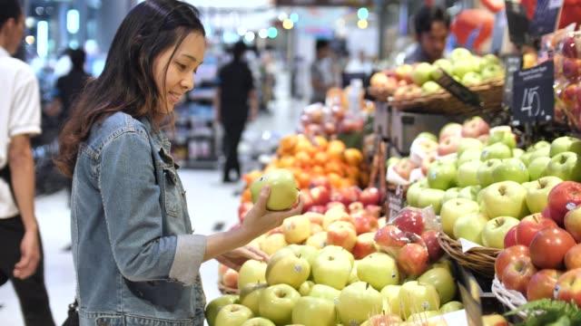 vídeos de stock, filmes e b-roll de mulher às compras no supermercado - legume