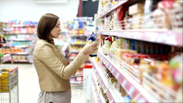 frau im store einkaufen - etikett stock-videos und b-roll-filmmaterial