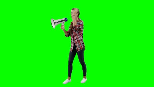 vídeos de stock e filmes b-roll de woman shouting on horn loudspeaker - megafone