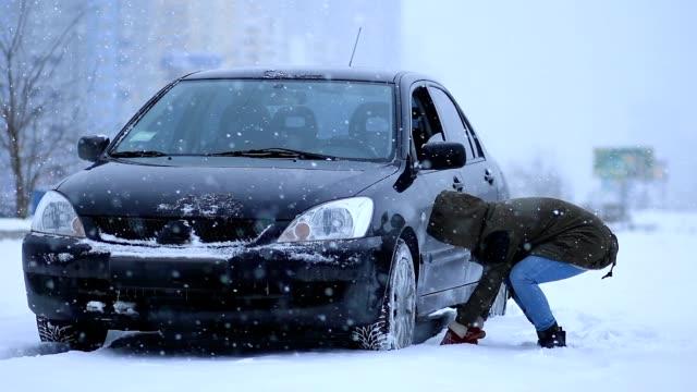 kvinna skotta och ta bort snö från hennes bil - skyffel bildbanksvideor och videomaterial från bakom kulisserna