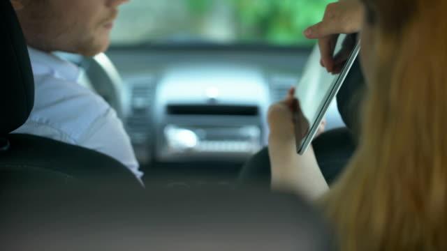 Frau zeigt Zielort Taxifahrer auf Tablet, moderne Technik, gps – Video