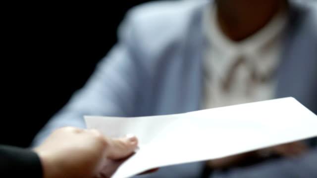vídeos de stock e filmes b-roll de woman showing stop gesture while man offering white envelope, bribe reject - corruption