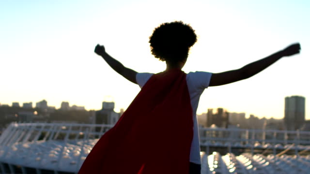 vídeos de stock e filmes b-roll de woman showing success gesture, enjoying cityscape, superpower inspiration - super hero