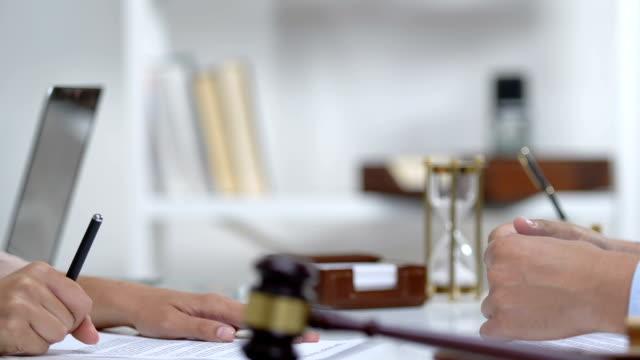 donna firma documenti in aula, stringe mano a notaio pubblico, servizio - sistema legale video stock e b–roll