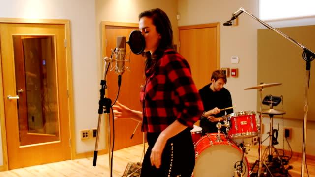 女性歌に録音スタジオ - ミュージシャン点の映像素材/bロール
