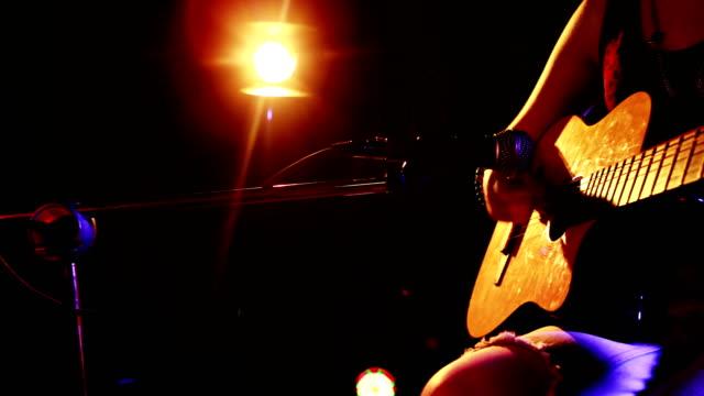 kvinna sjunga låten medan du spelar elgitarr 4k - akustisk gitarr bildbanksvideor och videomaterial från bakom kulisserna