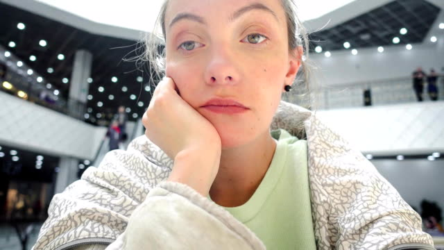 vídeos de stock, filmes e b-roll de mulher sentada após a compra e sentir-se cansado ou entediado - dia do cliente