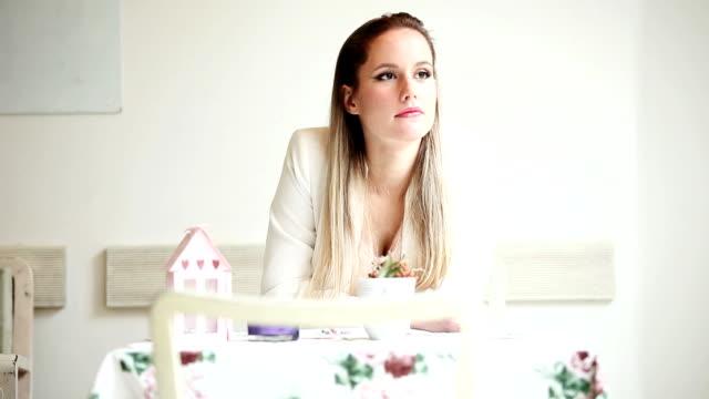donna seduta nella caffetteria attesa - blazer video stock e b–roll