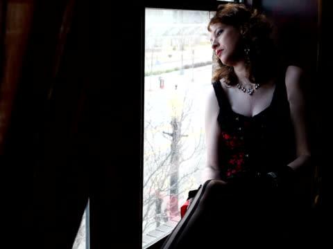 vídeos de stock e filmes b-roll de mulher sentada na janela, tocar perna namorar para a câmara - só mulheres jovens