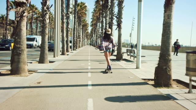 Femme Skate à la plage - Vidéo