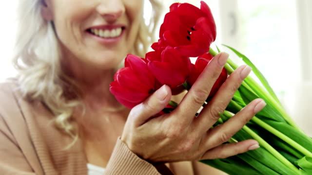 vidéos et rushes de femme de sentir un bouquet de fleurs - bouquet formel