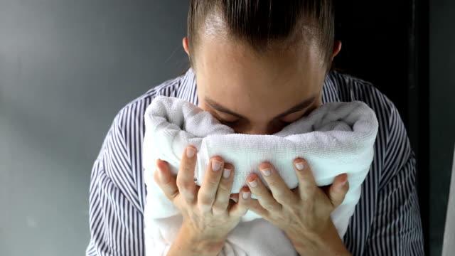 woman smelling clean towel - pranie filmów i materiałów b-roll