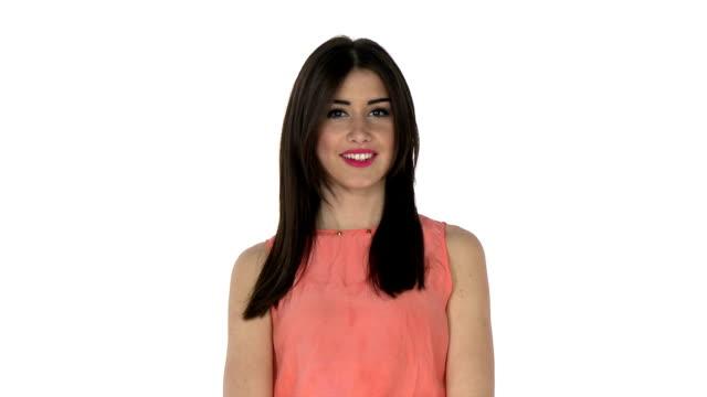 donna sorride alla macchina fotografica - sorriso aperto video stock e b–roll