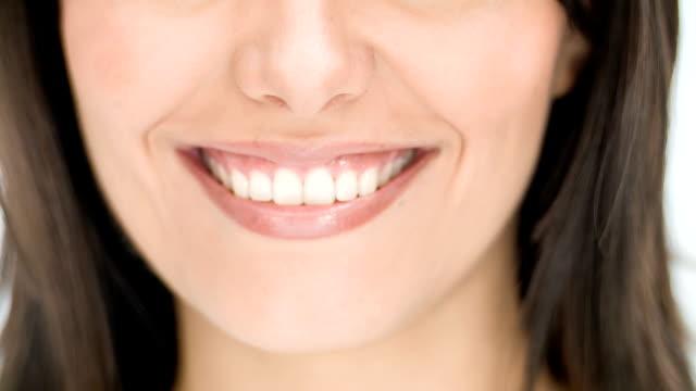 vídeos de stock e filmes b-roll de mulher sorridente - dentes