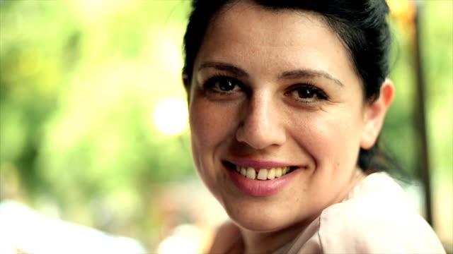 vídeos y material grabado en eventos de stock de mujer sonriendo - sonrisa con dientes