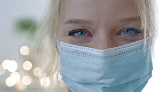 slo mo frau lächelnd, während sie eine maske trägt - einzelne frau über 30 stock-videos und b-roll-filmmaterial