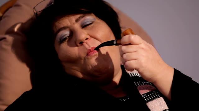 woman smoking - nikotin stok videoları ve detay görüntü çekimi