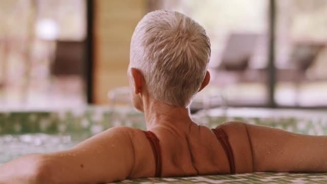 kvinna som blötläggning i bubbelbad - hälsosalong bildbanksvideor och videomaterial från bakom kulisserna