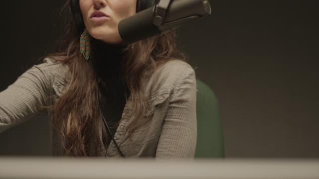vídeos de stock, filmes e b-roll de uma mulher falando em um estúdio de rádio - podcast