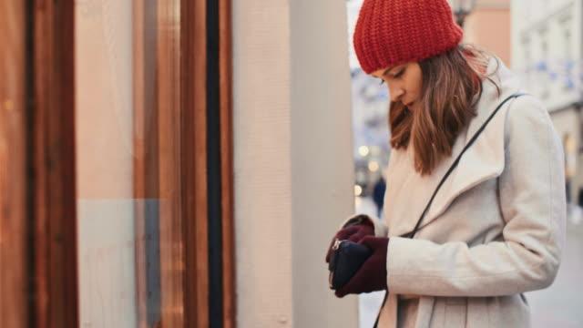 kvinnan tillbringade alla sina pengar under julhandeln - köpnarkoman bildbanksvideor och videomaterial från bakom kulisserna