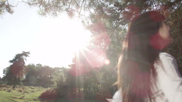 女性の自然光でスピニング ビデオ