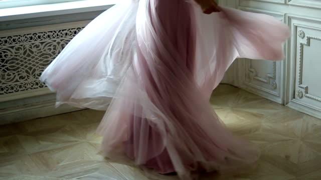 kvinna spinning klänning slow motion - klänning bildbanksvideor och videomaterial från bakom kulisserna