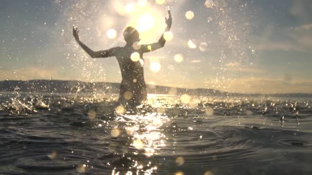 HD SUPER LENTA MISSOURI: Mujer con salpicaduras de agua - vídeo