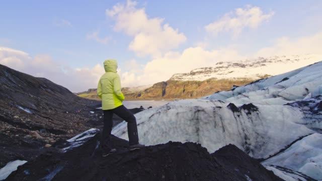 frau steht am berggletscher, island - einzelne frau über 30 stock-videos und b-roll-filmmaterial