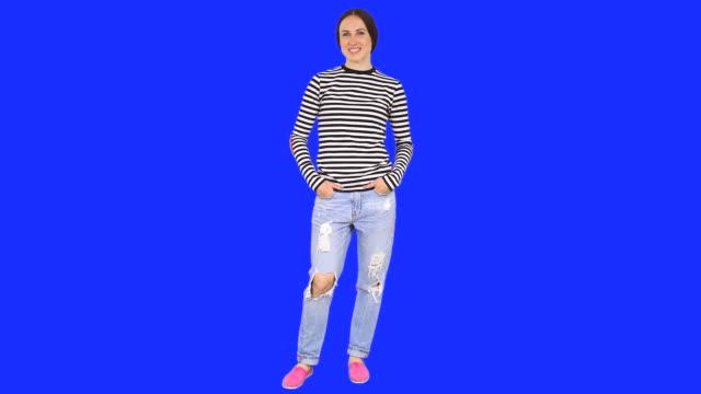 Donna in piedi in posizione sicura - video