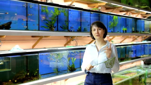 vrouw staande in dierenwinkel video