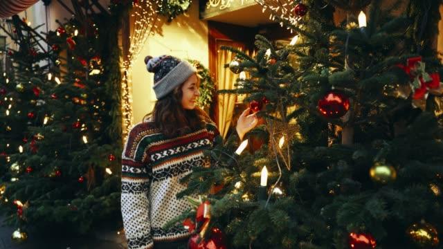 frau, die in der nähe von weihnachtsbaum in rothenburg - advent stock-videos und b-roll-filmmaterial