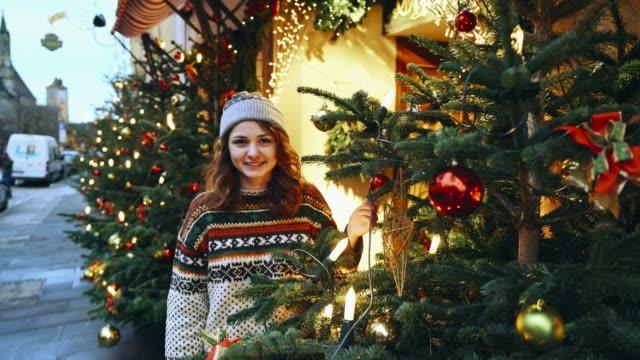 frau, die in der nähe von weihnachtsbaum in rothenburg - weihnachtsmarkt stock-videos und b-roll-filmmaterial